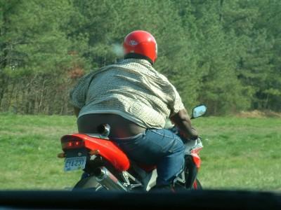 Motorrad fetter mann auf Kranke Kühe
